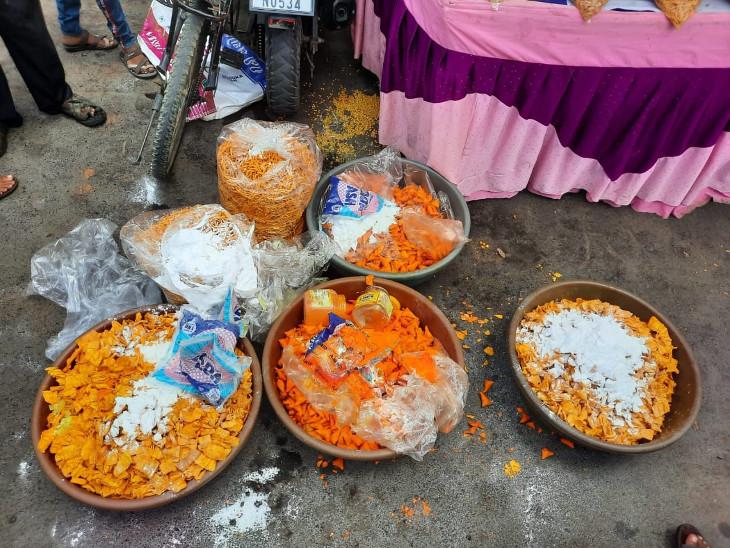 રાજકોટમાં ભગવતી ફરસાણ સહિત 5 દુકાનોમાં ચેકીંગ દરમિયાન આરોગ્ય વિભાગે 85 કિલો વાસી ફરસાણ અને 17 કિલો વાસી મીઠાઈનો સ્થળ પર નાશ કર્યો રાજકોટ,Rajkot - Divya Bhaskar