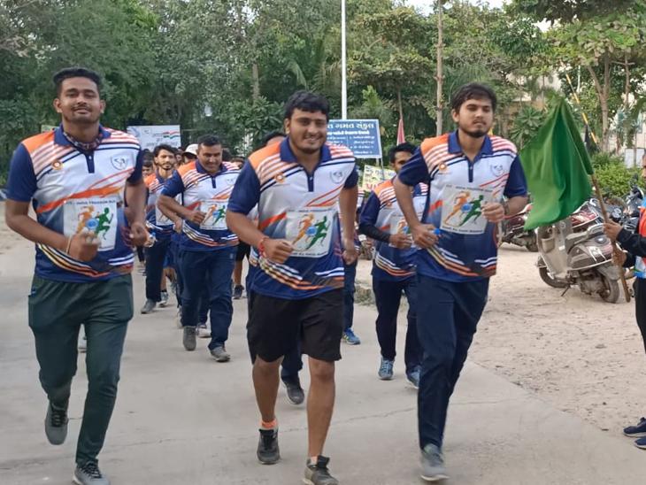 પાટણમાં સ્પોર્ટ્સ સંકુલથી રાણકીવાવા સુધીની ફીટ ઈન્ડિયા ફ્રીડમ દોડ યોજાઈ|પાટણ,Patan - Divya Bhaskar