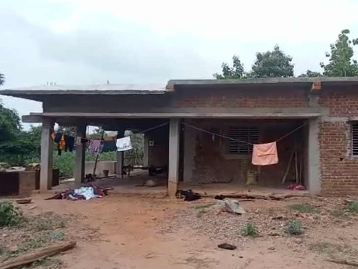 અરવલ્લીના ભિલોડા તાલુકાના ગોઢકુલ્લાના મકાનમાં ભેદી ધડાકો, ઘરના મોભીનું મોત, પત્ની અને 2 દીકરી ઈજાગ્રસ્ત|મોડાસા,Modasa - Divya Bhaskar