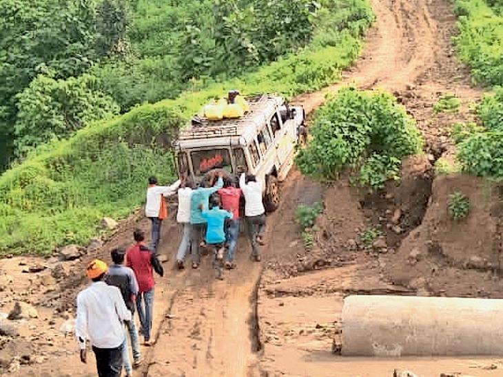 કુંડાના રસ્તે જ્યા વરસાદ બાદ કટ પડ્યો હોય તે જગ્યાએ જીપ ચઢી ન શકતા ગ્રામજનોને ધક્કા મારવા પડે છે. - Divya Bhaskar