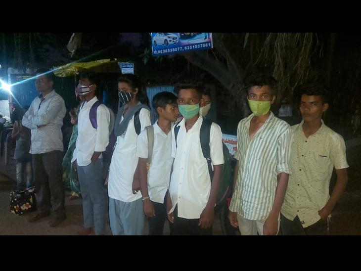 અેસટી બસ ન મળતા પગપાળા વેલદા ટાંકી સુધી પહોંચેલા વિદ્યાર્થીઓ, જ્યાથી ખાનગી વાહનમાં ઘરે પહોંચ્યા હતા. - Divya Bhaskar