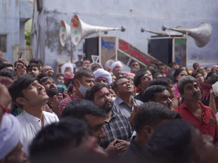 શુક્રવારે નાગપંચમી નિમિત્તે ચાણસ્મા ગોગાબાપાના મંદિરને નયનરમ્ય શણગાર કરાયો હતો. દિવસભર શ્રદ્ધાળુઓની દર્શને અવરજવર રહી હતી. - Divya Bhaskar