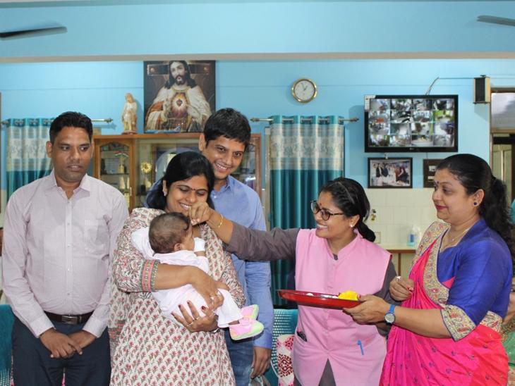 અમદાવાદના નિઃસંતાન દંપતીને બાળકી સોંપવામાં આવી હતી. - Divya Bhaskar