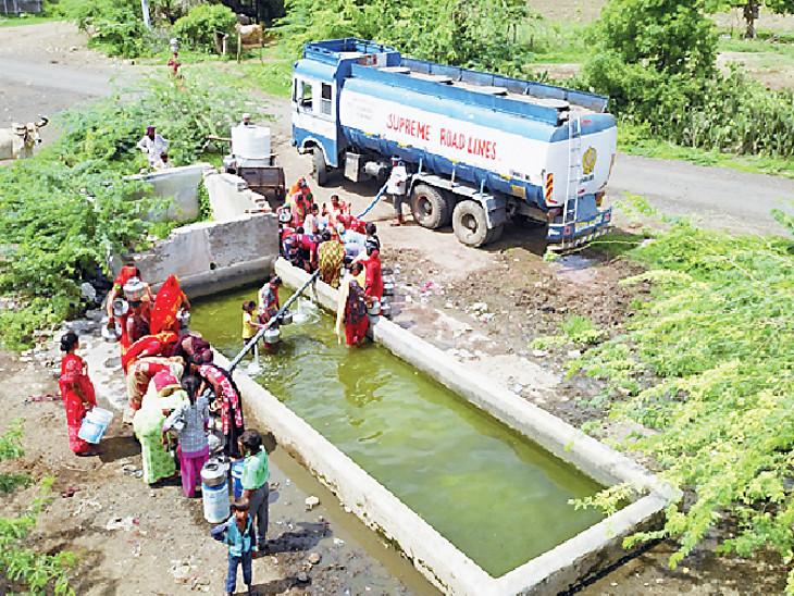 વરસાદ ખેંચાતા ગુજરાતના અનેક જિલ્લાઓમાં હવે ટેન્કરરાજ જોવા મળી રહ્યું છે. લોકોની હાલાકી વધતી જઈ રહી છે. - Divya Bhaskar