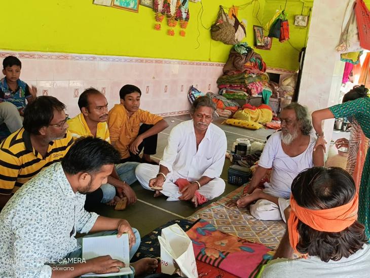 { સાયલામાં મહંત, ભુવાને સાથે લઇ વેકસીન માટે અપીલ કરતા રસીકરણમાં વધારો જોવા મળ્યો છે. - Divya Bhaskar