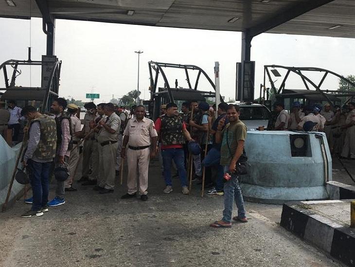 પાણીપત ટોલ પ્લાઝા જામ કરી રહેલા ખેડૂતો અને ઘટનાસ્થળે તૈનાત પોલીસ