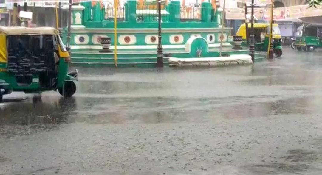 સુરેન્દ્રનગર જિલ્લામાં વાતાવરણમાં પલટો, લાંબા સમય બાદ વરસાદનું આગમન થતાં લોકોમાં આનંદ - Divya Bhaskar