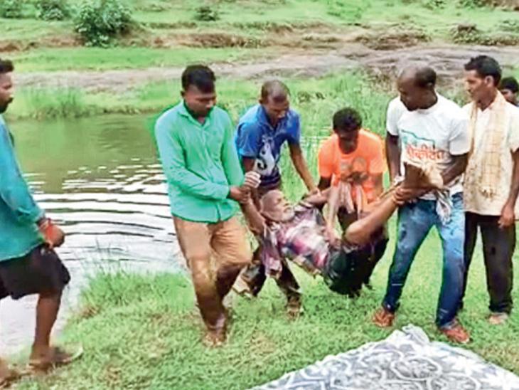 ગામલોકોએ મૃતદેહને પાણીમાંથી બહાર કાઢ્યો હતો. - Divya Bhaskar