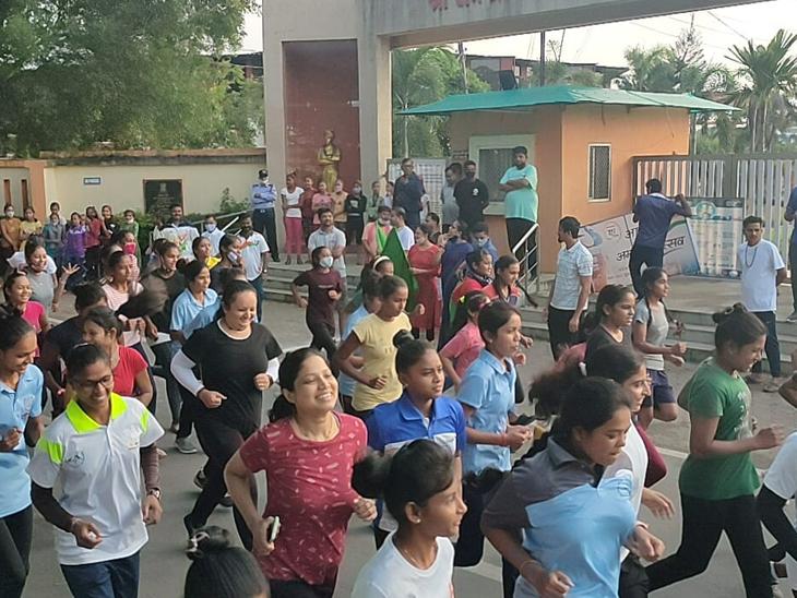 વ્યારા નગરમાં આઝાદીકા અમૃત મહોત્સવ અંતર્ગત યોજાયેલી  2 કિમિ દોડમાં ભાગ લઇ રહેલી મહિલાઓ. - Divya Bhaskar