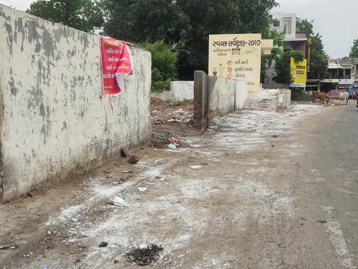 નડિયાદના મુખ્ય પ્રવેશદ્વાર પર ગંદકીનો પ્રશ્ન હલ કરવા પાલિકાએ શહેરીજનોને કચરો અહીં નહીં નાંખવા નોટીસ મારી છે અને જો કચરો નાંખતા પકડાય તેની સામે દંડનીય કાર્યવાહી કરાશે. - Divya Bhaskar