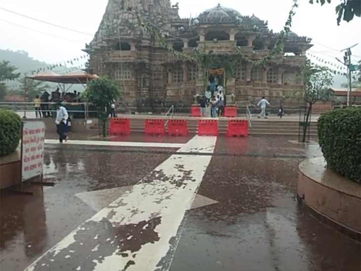 મંદિર પરિસરમાં વરસાદી માહોલ