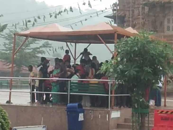 દર્શને આવેલા ભક્તો વરસાદમાં પલળતા બચવા જગ્યા શોધતા દેખાયા