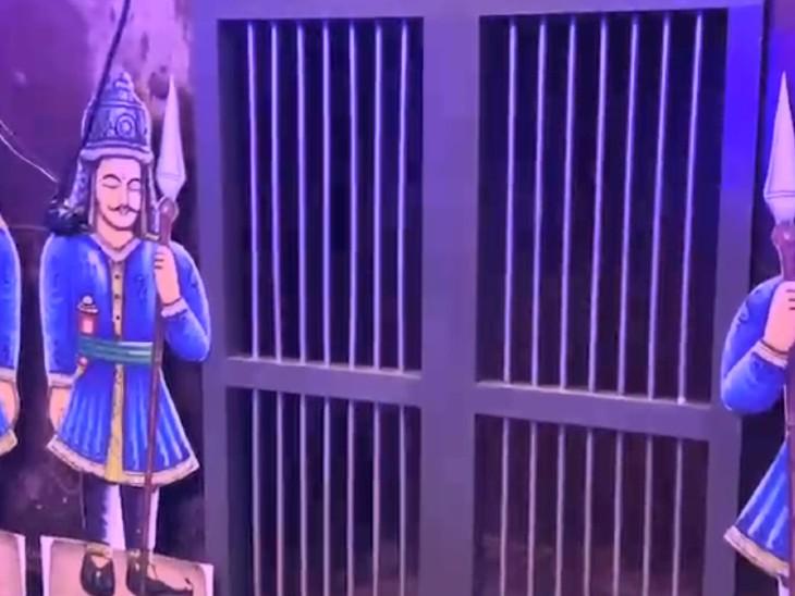 ગર્ભગૃહને આ વખતે કારાવાસ એટલે કે જેલનું સ્વરૂપ આપવામાં આવ્યું છે.