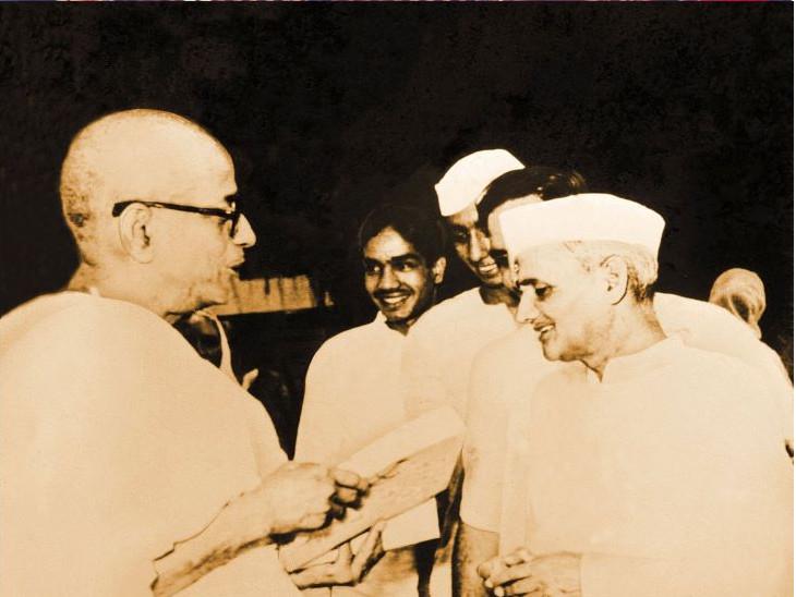 ભારતના પૂર્વ પ્રધાનમંત્રી લાલ બહાદુર શાસ્ત્રી સાથે શ્રીલ્ પ્રભુપાદ.ભારત સરકારે તેમના આધ્યાત્મિક કાર્યોને પ્રોત્સાહન આપ્યું.