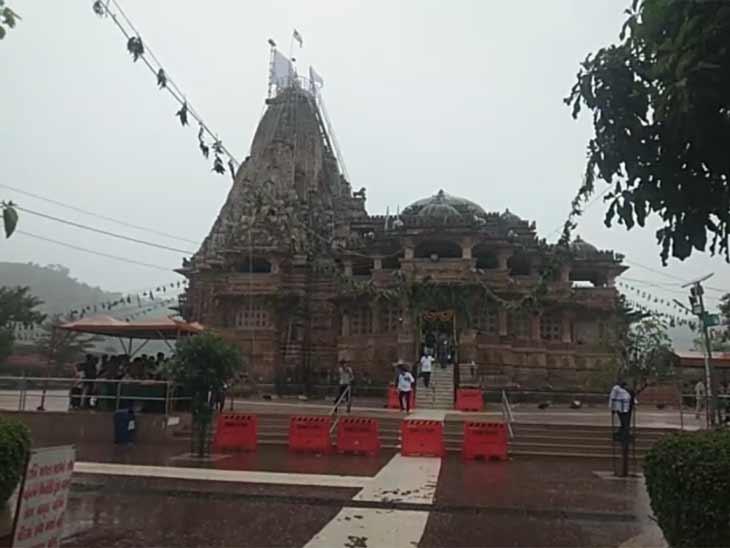 શામળાજીમાં જન્માષ્ટમી પર્વ પર મેઘમહેર, મંદિર પરિસરમાં વરસાદ પડતા લોકો ભીંજાયા શામળાજી,Shamlaji - Divya Bhaskar