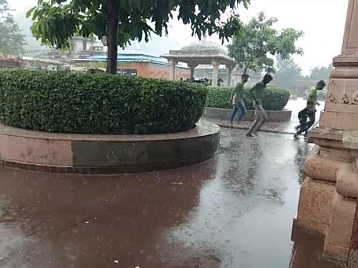 વરસાદમાં પલળતા બચવા દર્શનાર્થીઓએ દોટ મૂકી