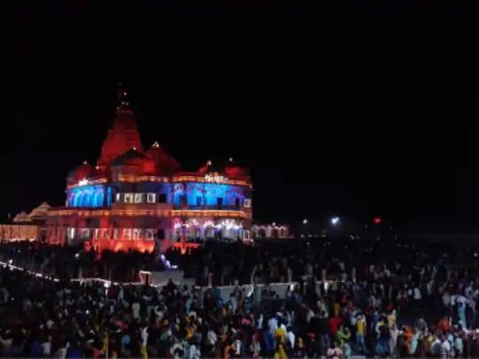 હજારો ભક્તો મથુરા-વૃંદાવન પહોંચ્યા છે. મોડી રાત સુધી મંદિરોની બહાર ભીડ જામી હતી.