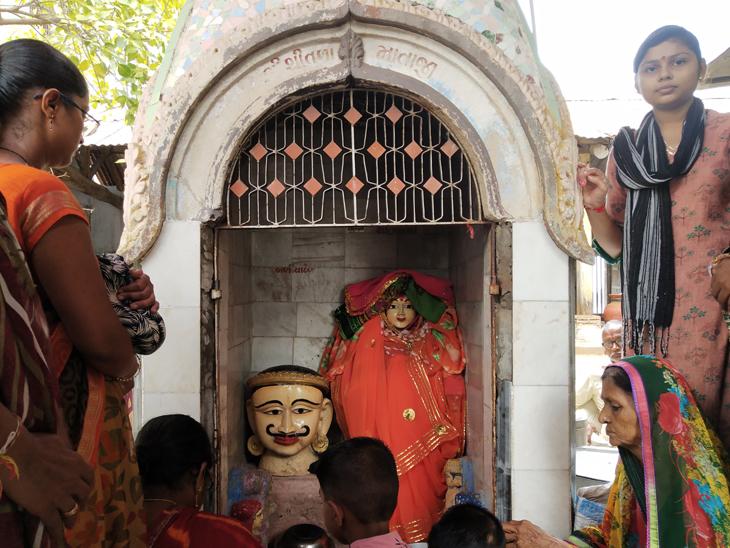 ઝાલાવાડના એક માત્ર શિતળા માતાના મંદિરે બળીયા દેવ,અછબડા,ઓરી સહિત પંચ દેવી-દેવતાઓની મૂર્તિઓનું પૂજન થાય છે. - Divya Bhaskar
