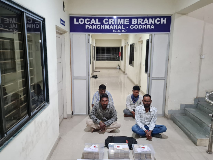 ગોધરા એલસીબી પોલીસે 48.80 લાખની જૂની રદ થયેલી ચલણી નોટોના જથ્થો સાથે 4ને પકડ્યા હતાં. - Divya Bhaskar