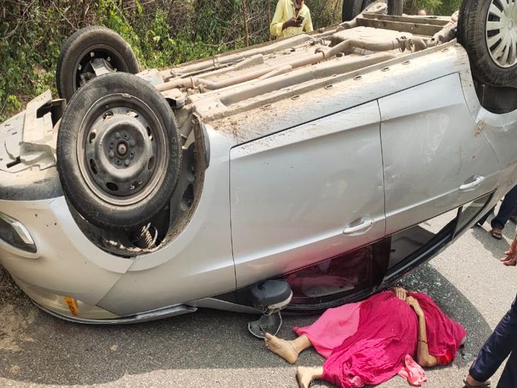 વિરમપુરના કાનપુરા નજીક રવિવારે અંબાજીના સોની પરિવારની ગાડી પલટી જતાં વૃદ્ધાનું મોત નિપજ્યું હતું. - Divya Bhaskar