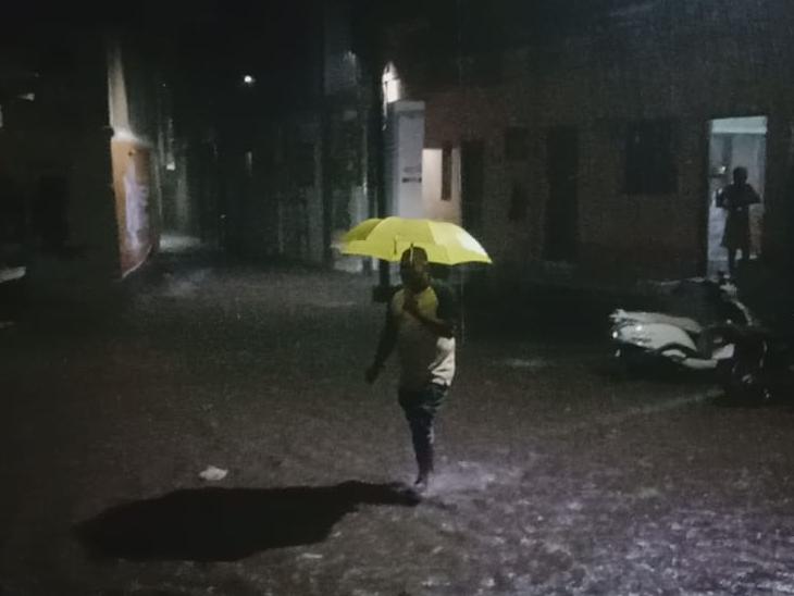 પાટણ, સિદ્ધપુર અને ચાણસ્મામાં ગાજવીજ સાથે ધોધમાર વરસાદ, રસ્તાઓ પર પાણી વહેતા થયા પાટણ,Patan - Divya Bhaskar