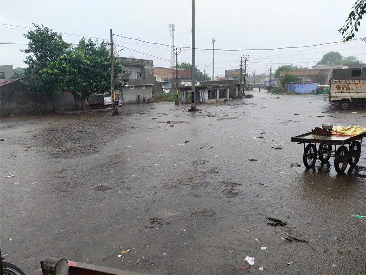 જેતપુર અને આસપાસના વિસ્તારમાં લાંબા સમય સુધી વિરામ બાદ ધીમીધારે વરસાદ શરૂ થયો હતો