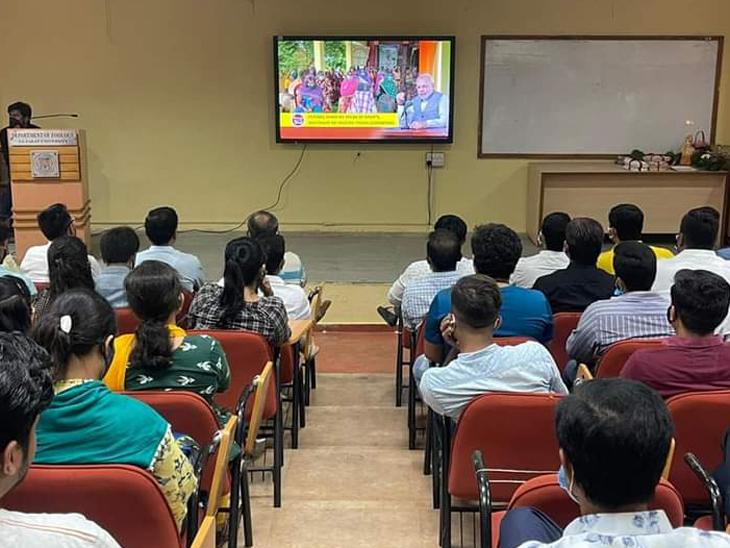 ગુજરાત યુનિવર્સિટીના કાર્યક્રમમાં ઉપસ્થિત રહેલા વિદ્યાર્થીઓ - Divya Bhaskar