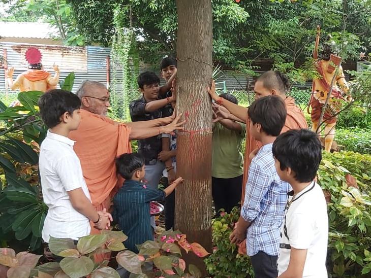 ગુરૂકુળમાં સંતો અને વિદ્યાર્થીઓએ સુતરની આંટીથી વડે ભાવથી પૂજન વંદન કર્યું હતું. - Divya Bhaskar
