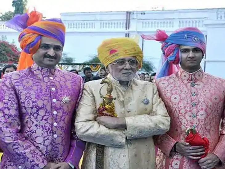 માંધાતાસિંહ (જમણી બાજુથી પહેલા), તેમના પિતા સ્વ.મનોહરસિંહ જાડેજા (વચ્ચે) અને પુત્ર જયદીપસિંહની ફાઇલ તસવીર.