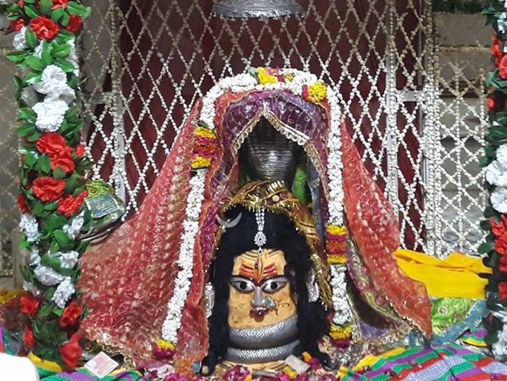 માન્યતા છે કે આ મંદિરમાં મહાદેવ દેવી પાર્વતી સાથે વાસ કરે છે
