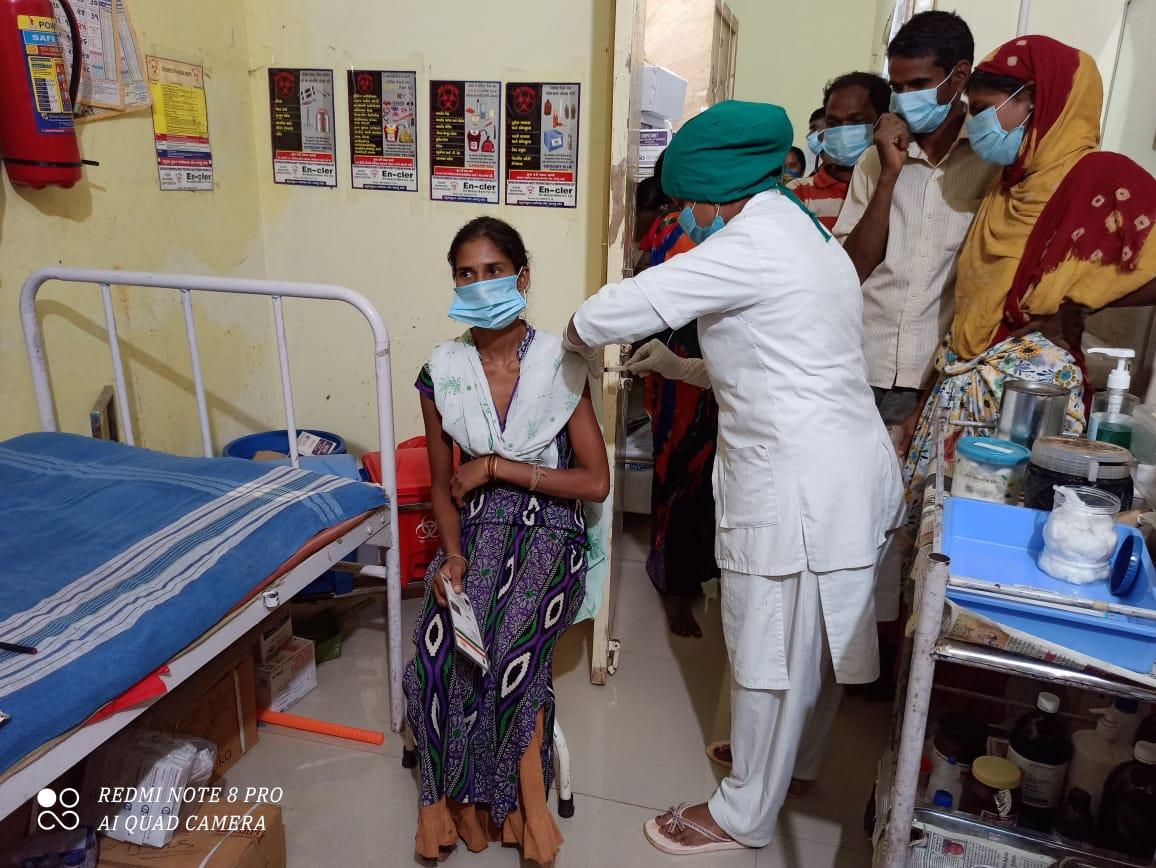 વલસાડ જિલ્લામાં ભારે વરસાદ વચ્ચે રસીકરણની મેગા ડ્રાઈવને સફળતા, એક દિવસમાં 34 હજારથી વધુ લાભાર્થીઓને રસી અપાઈ|વલસાડ,Valsad - Divya Bhaskar