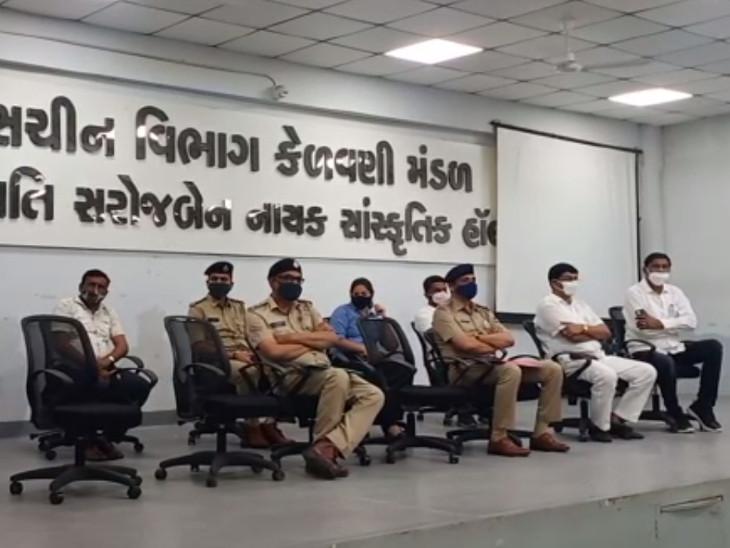 સુરતમાં ગણેશ ઉત્સવને ધ્યાનમાં રાખીને મિટિંગોનો દોર શરૂ, આયોજકો અને પોલીસ દ્વારા ચર્ચા-વિચારણા સુરત,Surat - Divya Bhaskar