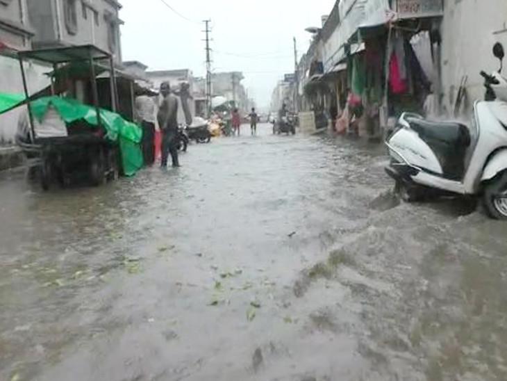 ગોંડલમાં ગાજવીજ સાથે ધોધમાર, રસ્તા પર નદીની જેમ પાણી વહ્યું, જસદણ પંથકમાં ધીમીધારે વરસાદ, રાજકોટમાં ઝરમર|રાજકોટ,Rajkot - Divya Bhaskar