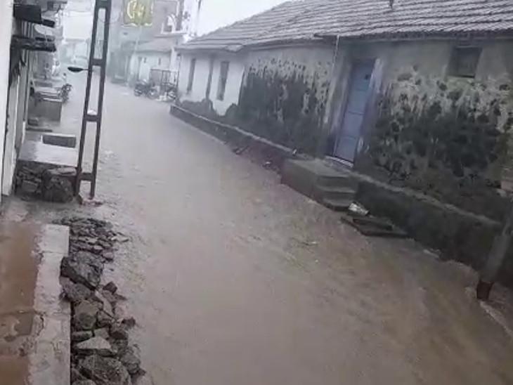 જસદણમાં શેરીઓમાં નદીની જેમ પાણી વહ્યું.