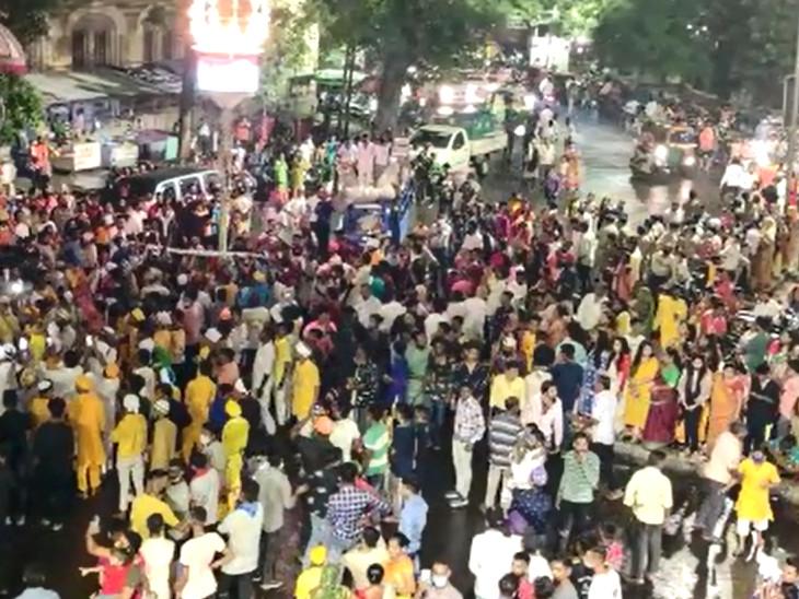 લહેરીપુરા ખાતે છડી વિસર્જનના કાર્યક્રમમાં પોલીસની હાજરીમાં જ કોવિડ-19ની ગાઇડલાઇનના ધજાગરા ઉડ્યા