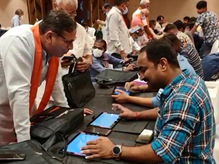 કેન્દ્રીય સંરક્ષણ મંત્રીની હાજરીમાં વિશેષ એપ્લિકેશનો અને પ્રોગ્રામ્સથી સજ્જ 750 કાર્યકરોને ટેબલેટ અપાશે