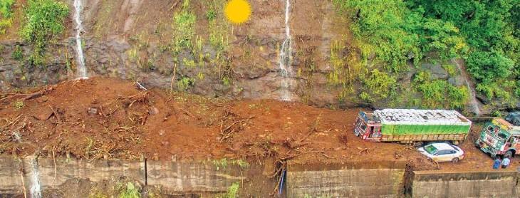 આ તસવીર કન્નડઘાટની છે, અહીં ભારે વરસાદને કારણે ટ્રક કીચડમાં ફસાઈ ગઈ છે.
