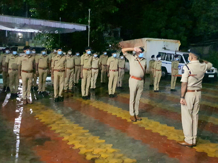 નસવાડી પોલીસ સ્ટેશનમા વડોદરા રેન્જ આઈ જી મુલાકત કરી પોલીસને પ્રશ્નો પૂછ્યા. - Divya Bhaskar