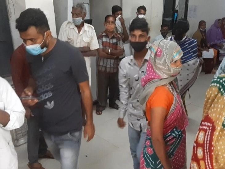 મચ્છરજન્ય રોગચાળાને લઇ છોટાઉદેપુરમાં આવેલી જનરલ હોસ્પિટલમાં ઓપીડીમાં દર્દીઓનો ભારે ધસારો જોવા મળ્યો. - Divya Bhaskar