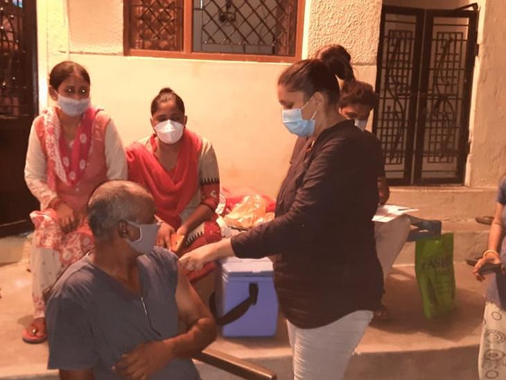 સુરાશામળ ગામમાં લોકોને રાત્રે કોરોના વેક્સિન અપાઇ. - Divya Bhaskar