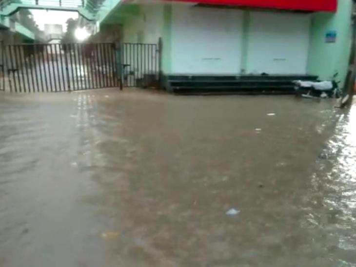 ભાભર શહેરમાં એક ઈંચ વરસાદ પડતા ઠેરઠેર પાણી ભરાયા હતા.જેને લઈ લોકો પરેશાન થઈ ઊઠ્યા હતા. - Divya Bhaskar