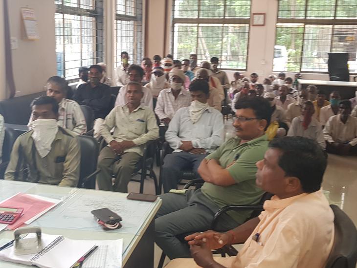 નસવાડી મામલતદારને રેશનકાર્ડ ગ્રાહકો અનાજને લઈ સુત્રોચ્ચાર કરી રજુઆત કરવા પોહચ્યાં તે બે તસવીર. - Divya Bhaskar