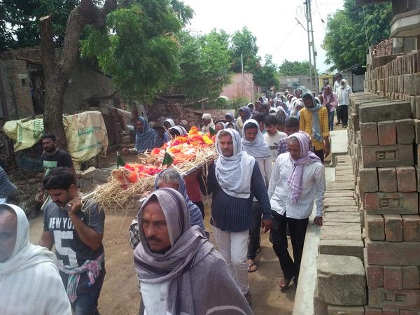 કોઠારિયા ગામે સ્મશાન તરફના રસ્તામાં દબાણથી લોકોમાં રોષ|સુરેન્દ્રનગર,Surendranagar - Divya Bhaskar