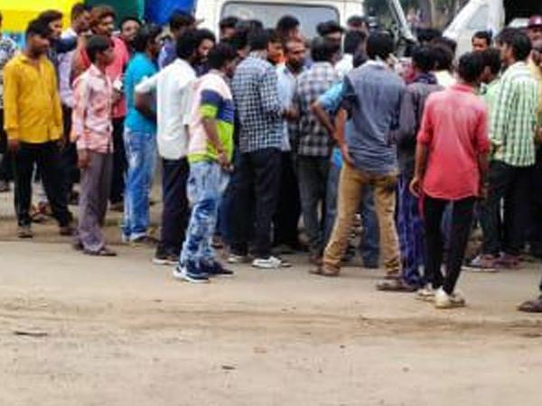 કચરો ઉઠાવતાં કર્મચારીઓ કામથી અડગા રહ્યા હતા. - Divya Bhaskar