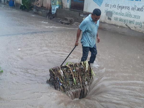 ગટરના ઢાંકણાઓ ખોલી વરસાદી પાણીનો નિકાલ કર્યો. - Divya Bhaskar