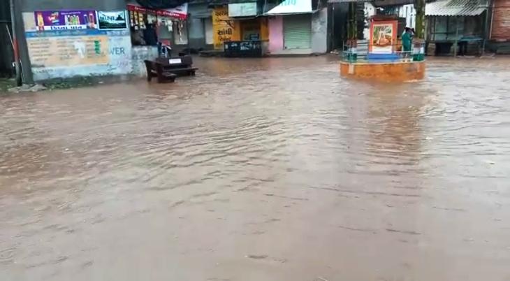 ગ્રામ્ય વિસ્તારોની શેરીમાં ભરાયેલ પાણી