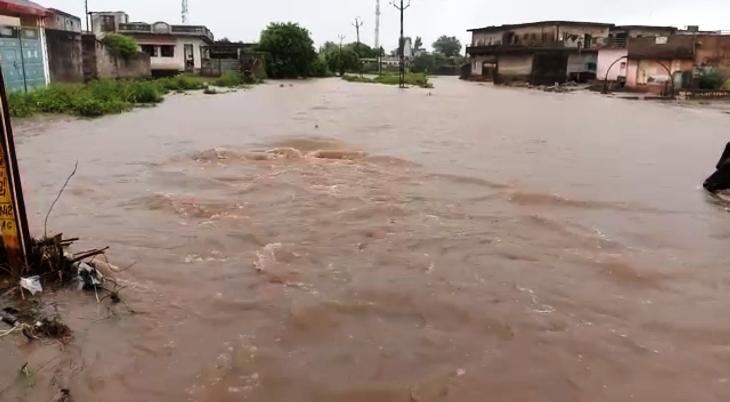 આંબળાસ ગામમાં ફરી વળેલ વરસાદી પાણી