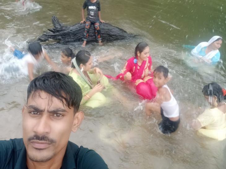 નદીમાં ગુમ થયેલો યુવક અને પરિવારની તસવીર.