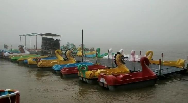 વરસાદ માહોલ વચ્ચે ગિરિમથક સાપુતારામાં આહલાદક વાતાવરણ, સીઝનમાં પહેલીવાર સર્પગંગા તળાવ છલકાયું નવસારી,Navsari - Divya Bhaskar