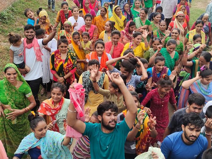 પાટણના સંખારી ગામથી અંબાજી જવા પગપાળા યાત્રા સંધનું જય અંબેના નાદ સાથે પ્રસ્થાન|પાટણ,Patan - Divya Bhaskar